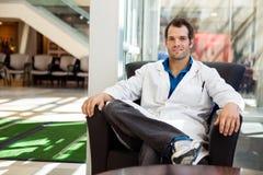 确信的男性医生Sitting On Chair 免版税图库摄影