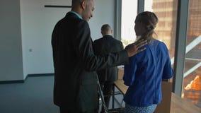 确信的非洲上司企业家CEO帮助男性和女性同事 股票录像