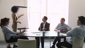 确信的非洲报告人教练谈话与给flipchart介绍的雇员 股票视频