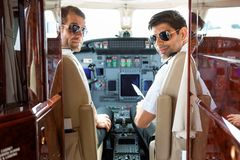 确信的飞行员在飞机驾驶舱内  库存照片