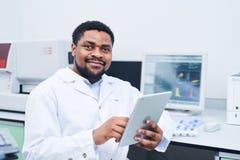 确信的黑人医学专家关于实验室 免版税图库摄影