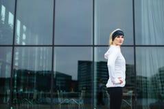 确信的年轻健身妇女 免版税库存图片