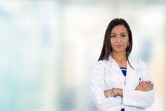 确信的年轻女性医生医疗专业身分在医院 库存照片