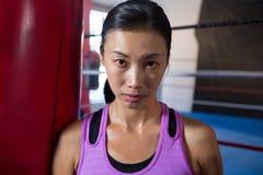 确信的年轻女运动员特写镜头画象反对拳击台的 库存图片