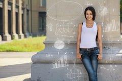 年轻确信,美丽,深色的女孩站立近的墙壁,即将发生 免版税图库摄影