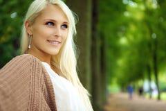 确定可爱的白肤金发的确信的自妇女 免版税图库摄影