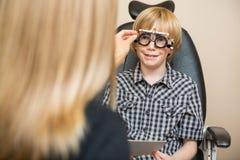 确定处方价值与的眼镜师 免版税库存图片