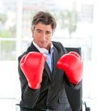 确定拳击生意人手套自佩带 图库摄影