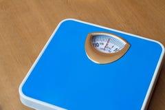 确定的身体的重量标度。 库存图片