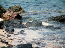 击碎入岩石酸值Larn的波浪 在芭达亚,泰国 免版税库存照片