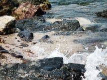 击碎入岩石酸值Larn的波浪 在芭达亚,泰国 库存照片