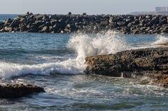 击碎在岩石岸的波浪 库存照片