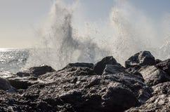 击碎在岩石岸的波浪 免版税库存照片