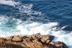 击碎在布里坦尼海岸的波浪  库存照片