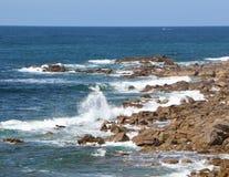 击碎在布里坦尼海岸的波浪  免版税库存图片