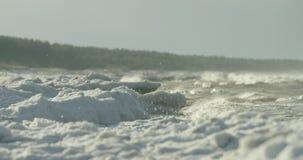 击碎在冻岸的波浪的慢动作 股票视频