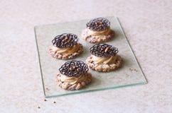 碎屑曲奇饼用焦糖乳脂干酪和装饰巧克力蔓藤花纹 免版税库存照片