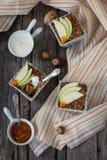 碎屑用苹果、谷物和坚果 免版税库存照片