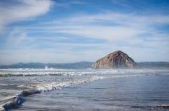 碎波和Morro岩石 图库摄影