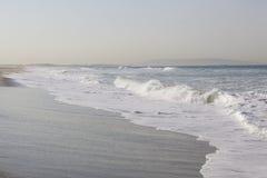 碎波长的海岸线视图在太平洋的 免版税图库摄影