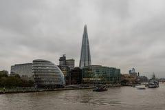 碎片、伦敦香港大会堂和博物馆船HMS从泰晤士观看的贝尔法斯特在10月下旬 免版税库存图片