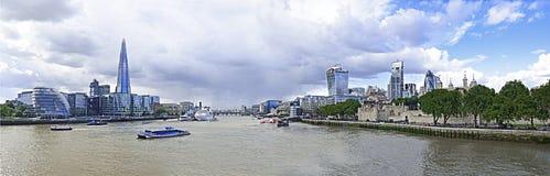 碎片、泰晤士河,城市和伦敦塔 图库摄影