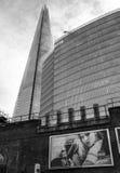 碎片和办公楼与广告牌,伦敦 图库摄影