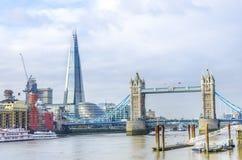 碎片和塔桥梁在伦敦 库存图片