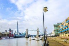 碎片和塔桥梁在泰晤士河 免版税库存图片