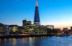 碎片大厦、摩天大楼和泰晤士河,伦敦,英国夜视图  免版税库存图片