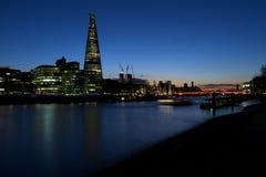碎片大厦, HMS在黄昏的贝尔法斯特,伦敦桥梁 免版税库存图片
