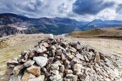 碎片落俯视Ennerdale水的山顶 库存照片