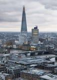 碎片 伦敦市、企业和银行业务唱腔 太阳集合的伦敦的全景 图库摄影