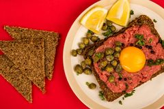 碎牛肉洋葱鸡蛋混合菜用雀跃和一个未加工的鸡蛋 库存照片