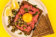 碎牛肉洋葱鸡蛋混合菜用雀跃和一个未加工的鸡蛋 库存图片