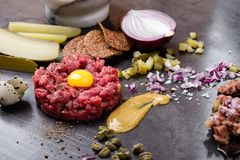 碎牛肉洋葱鸡蛋混合菜,食家纤巧生肉起始者 免版税库存图片