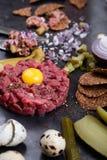 碎牛肉洋葱鸡蛋混合菜,食家纤巧生肉起始者 库存图片