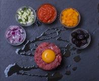 碎牛肉洋葱鸡蛋混合菜 库存照片