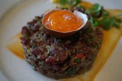 碎牛肉洋葱鸡蛋混合菜 库存图片