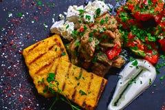 碎玉米粥用肉炖煮的食物猪肉、牛肉和沙拉在黑人委员会 婚姻正餐肉卷熏制的蕃茄 文本的空位 库存图片