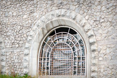 破碎石块禁止的窗口在教堂里 免版税库存照片