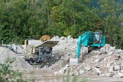 碎石机和铁锹挖掘者 免版税库存图片