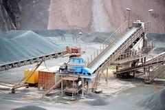 碎石机在地表矿山 背景开罗埃及前景吉萨棉hdr图象khafre金字塔狮身人面象 库存照片