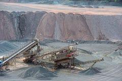 碎石机在地表矿山 背景开罗埃及前景吉萨棉hdr图象khafre金字塔狮身人面象 免版税库存图片