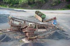 碎石机在地表矿山 背景开罗埃及前景吉萨棉hdr图象khafre金字塔狮身人面象 免版税图库摄影