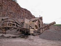 碎石机在斑岩地表矿山 背景开罗埃及前景吉萨棉hdr图象khafre金字塔狮身人面象 库存图片