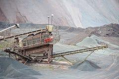 碎石机在斑岩地表矿山 背景开罗埃及前景吉萨棉hdr图象khafre金字塔狮身人面象 库存照片