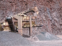 碎石机在斑岩地表矿山 背景开罗埃及前景吉萨棉hdr图象khafre金字塔狮身人面象 免版税库存照片