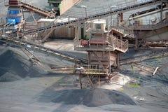 碎石机机器在一个露天开采矿矿 安大路西亚地球行业毁损开采的西班牙 免版税库存图片
