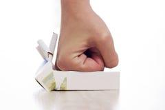 击碎香烟的手 图库摄影